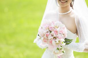ブーケを持つ花嫁の写真素材 [FYI04556719]