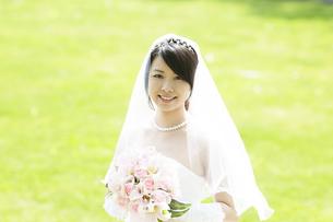 ブーケを持ち微笑む花嫁の写真素材 [FYI04556721]