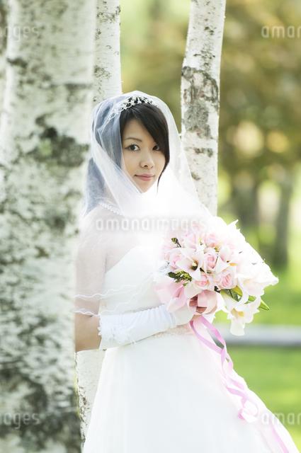 ブーケを持ち微笑む花嫁の写真素材 [FYI04556732]