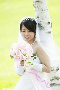 ブーケを持ち微笑む花嫁の写真素材 [FYI04556735]