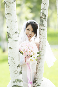 ブーケを持ち微笑む花嫁の写真素材 [FYI04556739]