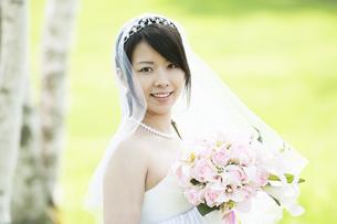 ブーケを持ち微笑む花嫁の写真素材 [FYI04556742]