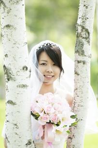ブーケを持ち微笑む花嫁の写真素材 [FYI04556744]