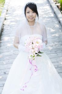 ブーケを持ち微笑む花嫁の写真素材 [FYI04556758]