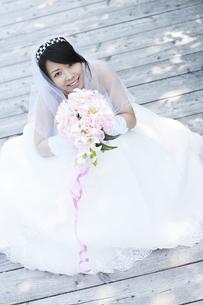 ブーケを持ち微笑む花嫁の写真素材 [FYI04556759]
