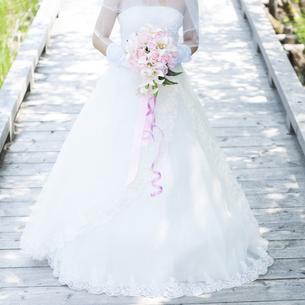 ブーケを持つ花嫁の写真素材 [FYI04556764]