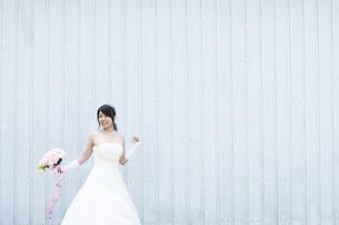 ブーケを持ち微笑む花嫁の写真素材 [FYI04556767]