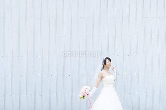 ブーケを持ち微笑む花嫁の写真素材 [FYI04556770]