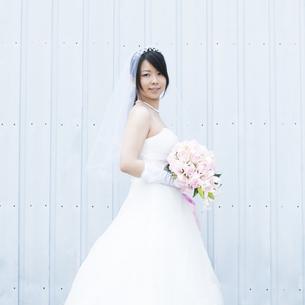 ブーケを持ち微笑む花嫁の写真素材 [FYI04556773]