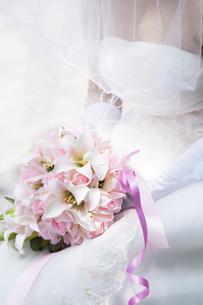 ブーケを持つ花嫁の手元の写真素材 [FYI04556775]