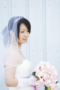 ブーケを持ち微笑む花嫁の写真素材 [FYI04556776]