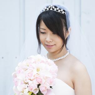 ブーケを持ち微笑む花嫁の写真素材 [FYI04556780]