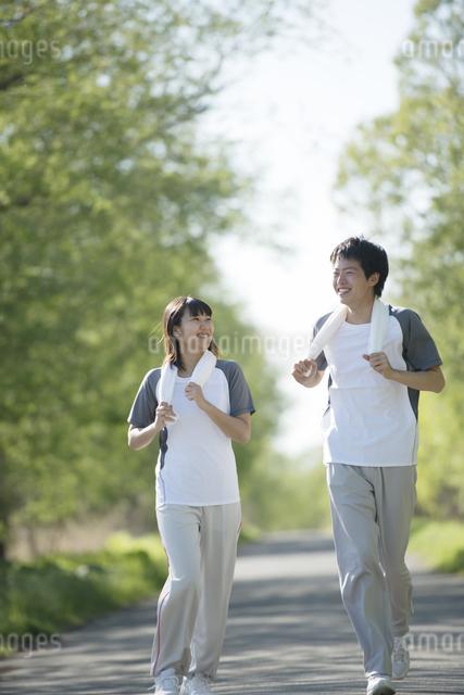 ジョギングをするカップルの写真素材 [FYI04556792]