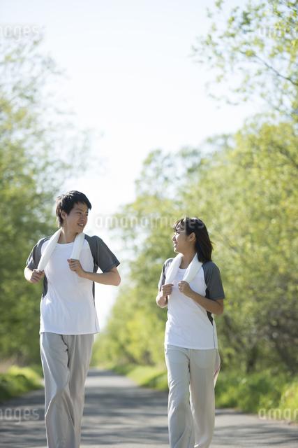 ジョギングをするカップルの写真素材 [FYI04556800]