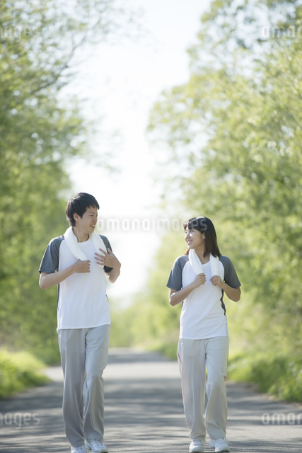 ジョギングをするカップルの写真素材 [FYI04556804]