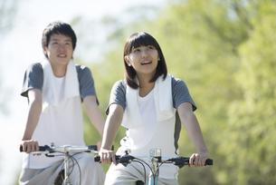 自転車に乗るカップルの写真素材 [FYI04556815]
