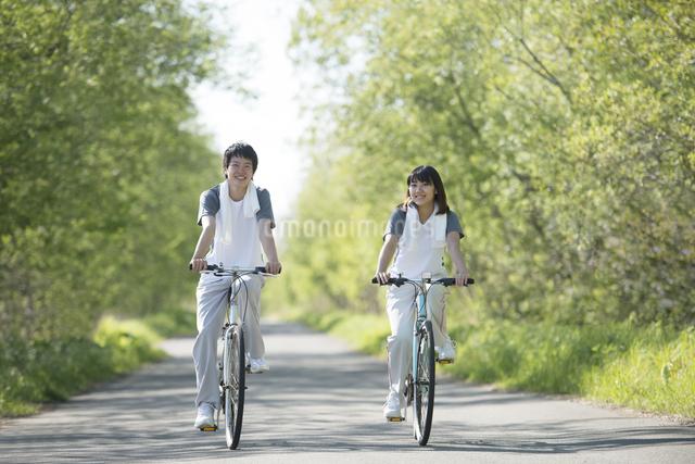 自転車に乗るカップルの写真素材 [FYI04556818]
