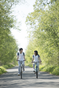 自転車に乗るカップルの写真素材 [FYI04556819]