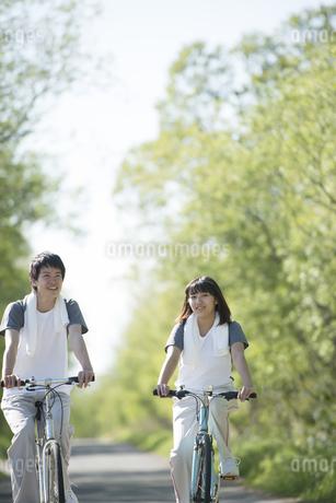 自転車に乗るカップルの写真素材 [FYI04556826]