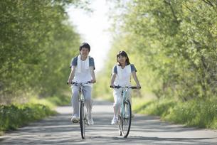 自転車に乗るカップルの写真素材 [FYI04556837]