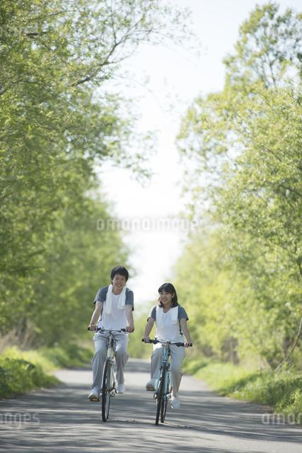 自転車に乗るカップルの写真素材 [FYI04556838]