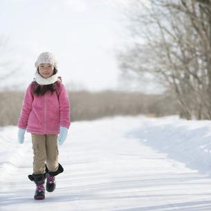 雪道を歩く小学生の写真素材 [FYI04556840]