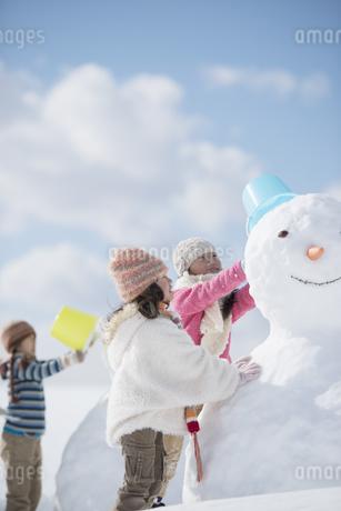 雪だるま作る小学生の写真素材 [FYI04556914]