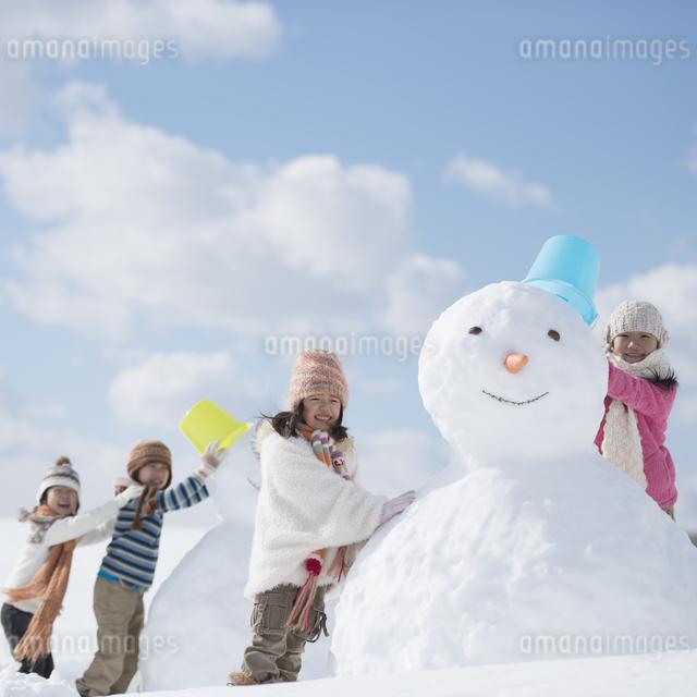 雪だるま作る小学生の写真素材 [FYI04556917]