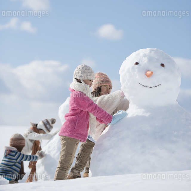 雪だるま作る小学生の写真素材 [FYI04556925]
