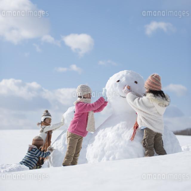 雪だるま作る小学生の写真素材 [FYI04556929]
