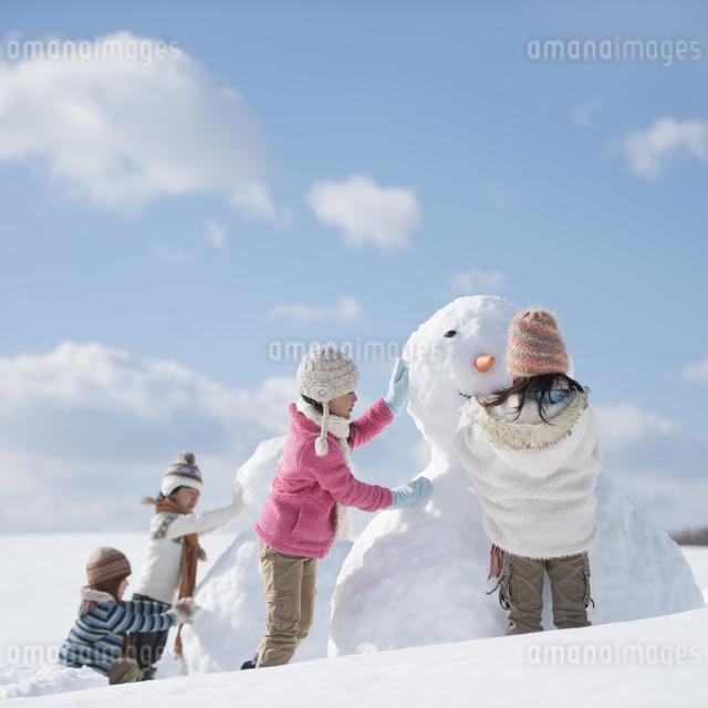 雪だるま作る小学生の写真素材 [FYI04556930]