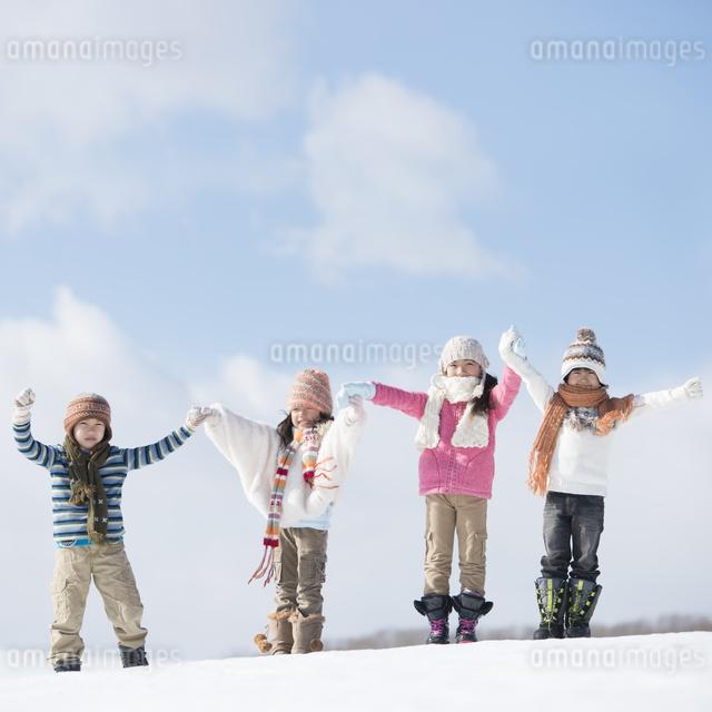 雪原に並ぶ小学生の写真素材 [FYI04556965]
