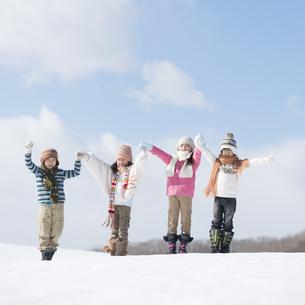 雪原に並ぶ小学生の写真素材 [FYI04556967]