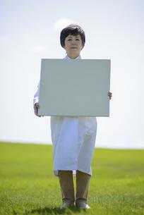メッセージボードを持つ女医の写真素材 [FYI04556985]