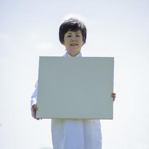 メッセージボードを持つ女医の写真素材 [FYI04556986]