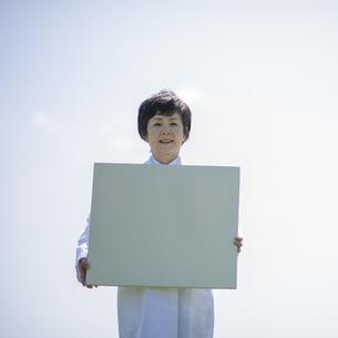 メッセージボードを持つ女医の写真素材 [FYI04556988]