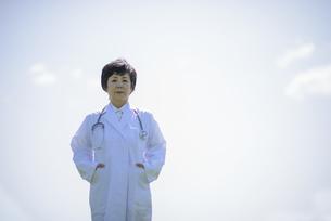 微笑む女医の写真素材 [FYI04556989]
