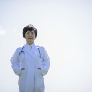 微笑む女医の写真素材 [FYI04556991]