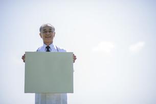 メッセージボードを持つ医者の写真素材 [FYI04556999]