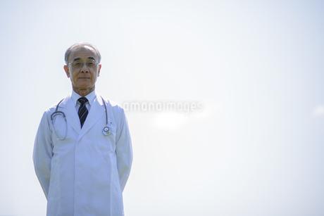 真剣な表情をする医者の写真素材 [FYI04557012]