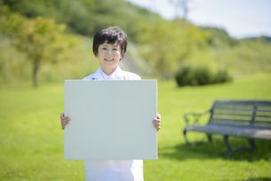 メッセージボードを持つ女医の写真素材 [FYI04557025]