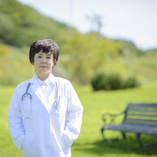 微笑む女医の写真素材 [FYI04557029]