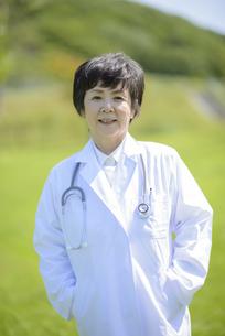 微笑む女医の写真素材 [FYI04557034]