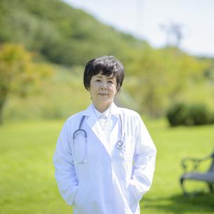 微笑む女医の写真素材 [FYI04557035]