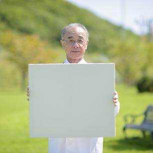 メッセージボードを持つ医者の写真素材 [FYI04557049]