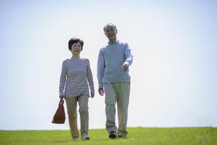 散歩をするシニア夫婦の写真素材 [FYI04557068]