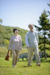 散歩をするシニア夫婦の写真素材 [FYI04557079]