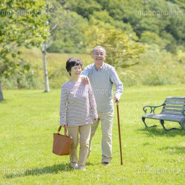 散歩をするシニア夫婦の写真素材 [FYI04557086]