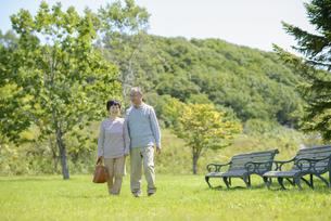 散歩をするシニア夫婦の写真素材 [FYI04557087]