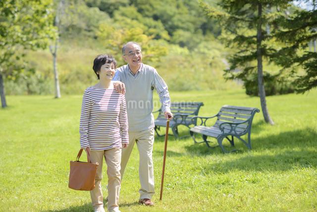 散歩をするシニア夫婦の写真素材 [FYI04557088]